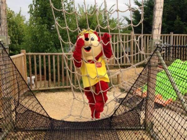 L'aire de jeux et la mascotte Yellito